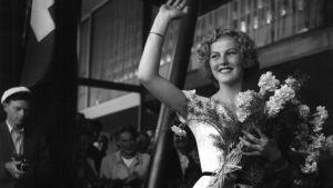 Miss Universum Armi Kuusela vilkuttaa suomalaisille palattuaan kilpailumatkalta Yhdysvalloista.