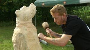Talttaamalla tehty puinen karhu.