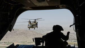Helikopteripartio ilmassa.