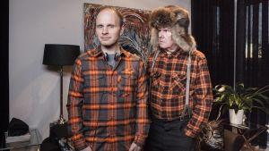 Ohjaaja Dome Karukoski ja Mielensäpahoittaja-elokuvan pääroolia näyttelevä Antti Litja elokuvan kuvauksissa.