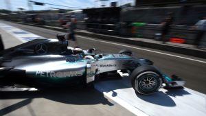 Lewis Hamilton kaartaa ulos varikkopilttuusta Unkarin radalla.