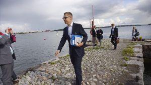 Pääministeri Alexander Stubb saapumassa Lonnan saarelle Helsingissä perjantaina 22. elokuuta.