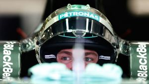 Mercedeksen Nico Rosberg istuu autossaan.