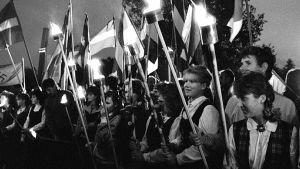 Arkistokuva virolaisten, latvialaisten ja liettualaisten muodostamasta ihmisketjusta 23. elokuuta 1989.
