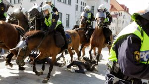 Uusnatsien puoluekokouksen vastustajat jäivät ratsupoliisin jalkoihin Malmössa 23. elokuuta.