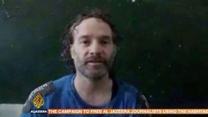 Kuvankaappaus videosta, jossa esiintyy toimittaja Peter Theo Curtis.