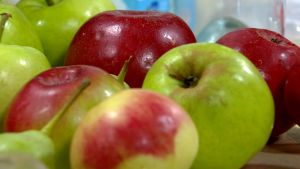 Omenoita pöydällä.