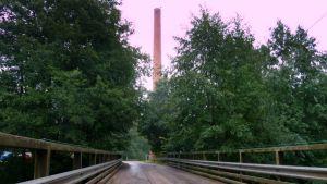 Puiselta sillalta näkyy sahan vanha piippu