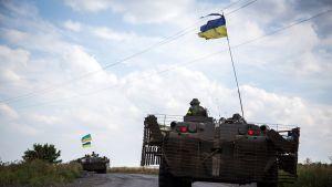 Ukrainan joukot partioivat Debaltseven kaupungin läheisyydessä, Donetskin alueella Ukrainassa maanantaina.