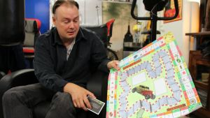 Ari Noponen esitelee tekemänsä lautapelin kolmatta protoversiota.