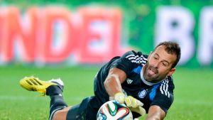 HJK:n Antonio Doblas torjuu laukauksen.