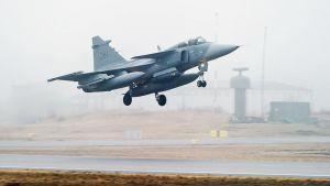 Jas-hävittäjä laskeutuu lentokentälle Kallingessa.