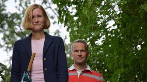 Seminaarikoulun vanhempainyhdistyksen varapuheenjohtaja Nella Korhonen ja rehtori Pasi Ragnell kävelevät puistossa