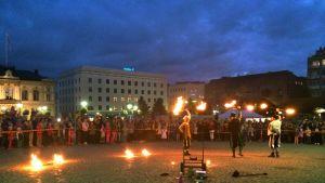 Tulishow keräsi Hämeenlinnan torin täyteen Taiteiden yön kulkijoita.