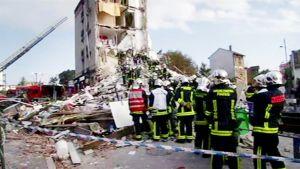 Pelastustyöntekijöitä sortuneen kerrostalon raunioilla Ranskassa.