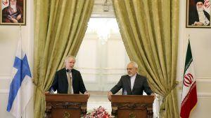 Erkki Tuomioja ja Mohammad Javad Zarif puhuvat tiedotustilaisudessa Teheranissa.