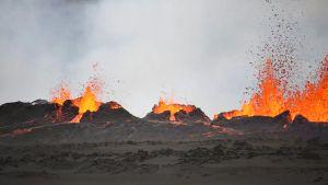 tulivuori purkautuu ja laava roiskuu.