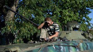 Venäjä-mieliset sotilaat lepäsivät Starobesheve, Ukrainassa sunnuntaina.