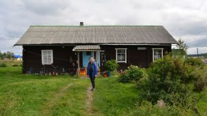 Lilja Veselova talon edustalla Vuokkiniemellä