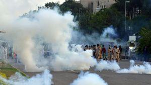 Oppositiojohtaja Imran Khanin kannattajat ottivat yhteen mellakkapoliisin kanssa hallituksen vastaisessa mielenosoituksessa Islamabadissa 1. syyskuuta 2014.