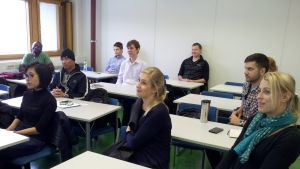 IBS-maisteriohjelman opiskelijoita seminaarihuoneessa