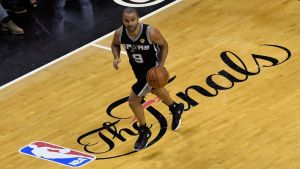 San Antonio Spursin Tony Parker kuljettaa palloa.