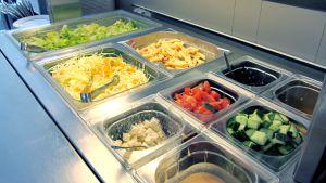 Kuvassa salaattipöytä ravintolassa.