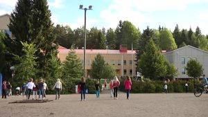 Oppilaita välitunnilla Turengin koulun pihalla.