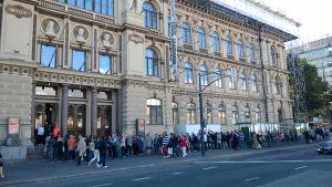 Ihmiset jonottivat Ateneumin Tove Jansson -näyttelyyn 6. syyskuuta 2014.