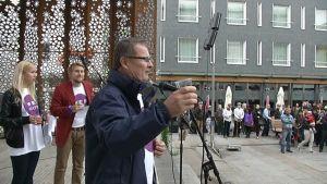 Lauri Lajunen piti Rotuaarilla puheen yliopiston avajaisissa.
