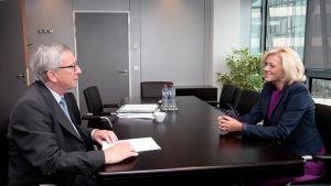 EU:n komission puheenjohtaja Jean-Claude Juncker (vas.) ja Romanian komissaariehdokas Corina Creţu keskustelemassa Brysselissä syyskuussa 2014.