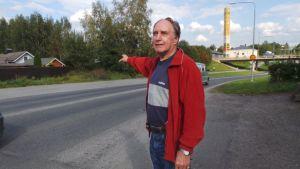 Mies osoittaa sormella Porin terveyslähteen sijaintipaikkaa Porin Tikkulassa.