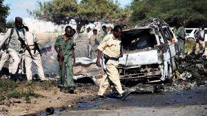 Poliisi tutkii autopommi-iskun jälkiä.