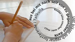 Lapsi kirjoittaa vihkoon, kuvassa vieraskielisiä lauseita ja sanoja.