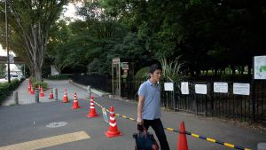 Mies kävelee suljetun Yoyogi-puiston ohi Tokiossa.