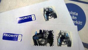 Kaksi kirjettä, joissa on Tom of Finland -postimerkkejä
