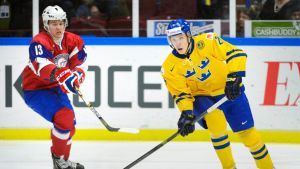 Ruotsin Oskar Sundqvist pitää kiekkoa.