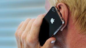 Mies puhuu iPhoneen.