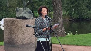 Rouva Jenni Haukio piti juhlapuheen Karhulassa Tukinuittaja-veistoksen paljastustilaisuudessa