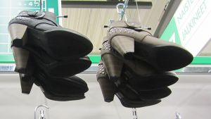 Kengät roikkuvat hyllyllä kaupassa