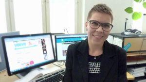Maria Lassila-Merisalo tietokonenäyttöjen äärellä