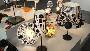 Kierrätysmateriaaleista valmistettuja lamppuja Habitare-messuilla Helsingin Messukeskuksessa.
