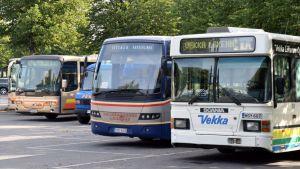 Eri yhtiöiden linja-autoja Hämeenlinnan linja-autoasemalla