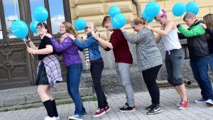 Hämeenlinnan #nuvatlakiin-kampanjan flash mob, nuoria letkajenkkaamassa Raatihuoneen edustalla