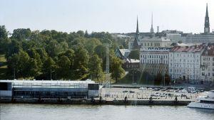 Guggenheim-museon paikka Katajannokan suunnalta nähtynä 4. kesäkuuta 2014.