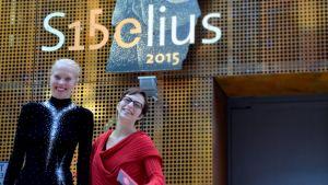 Silja Ahonen ja Juulia Tapola nauravat Sibelius-kyltin edessä