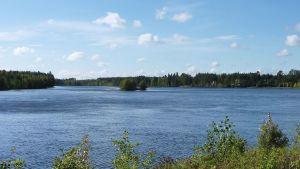 Maisema Hyrynsalmen Emäjoella.