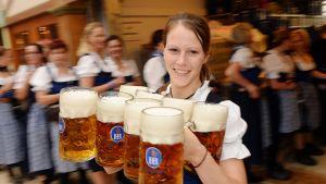Olutta Oktoberfestjuhlissa.