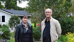 Airi ja Voitto Annala nauttivat puutarhan tuomasta tunnelmasta.