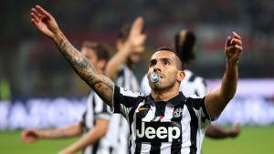 Juventuksen Carlos Tevez tuuletti voittomaaliaan AC Milania vastaan tutti suussa.